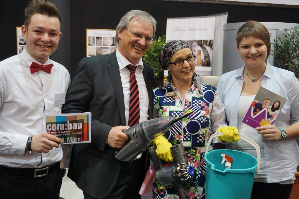 "v.l.n.r.: Vivian, Landtagspräsident Harald Sonderegger, Heike Montiperle als ""Putze Milena"", Christina"